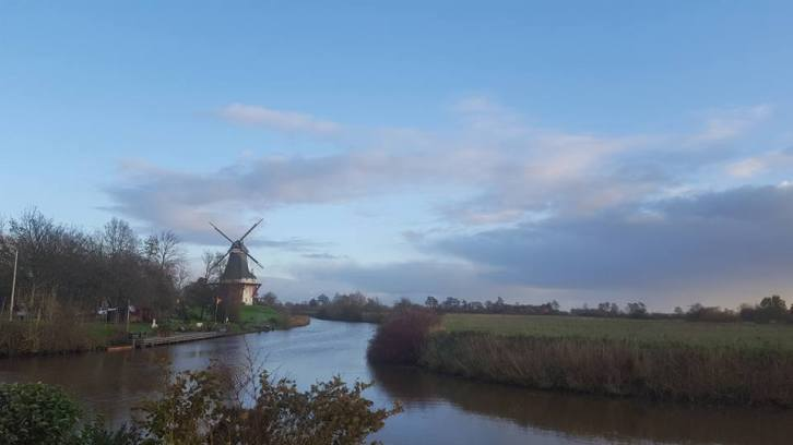 Greetsieler Mühle mit Kanal